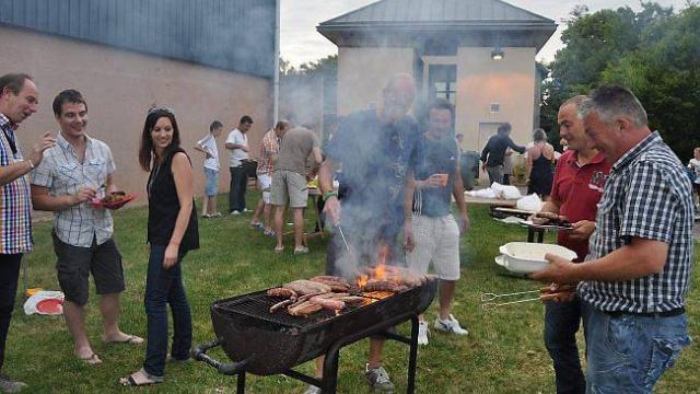 Rendez-vous au coin du feu... Une batterie de quatre barbecues a charbonné toute la soirée pour cuire merguez et côtelettes.