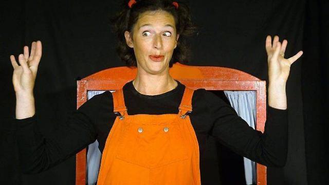 Marianne Franck raconte une histoire simple avec des marionnettes colorées.